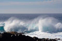 在大西洋的大碰撞的波浪 免版税库存图片