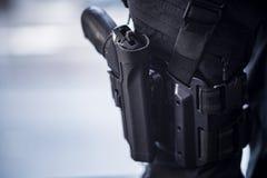 在大腿的手枪Holstered在保安 免版税库存照片