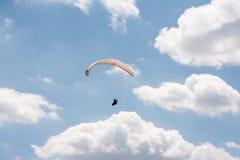 在天空从下面看见的单独滑翔伞 库存图片