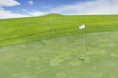 在天空蔚蓝下的美好的高尔夫球场 库存图片