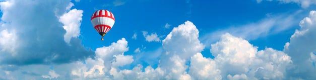 在天空蔚蓝的大红白的气球 免版税库存图片