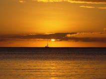 在天际的SAILNG小船与美好的日落颜色 库存照片