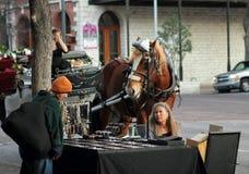 在奥斯汀街道上的纪念品卖主  免版税库存照片
