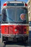 在女王街道上的TTC路面电车在多伦多 库存照片