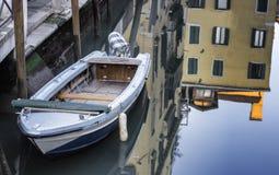 在威尼斯盐水湖停泊的小船 免版税库存图片