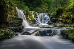 在威尔士长的曝光的瀑布 免版税库存图片