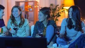 在家吃比萨和喝酒的朋友 影视素材