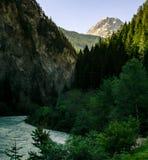 在山和河的大看法 免版税图库摄影