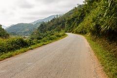 在山的柏油路,老挝 免版税库存图片