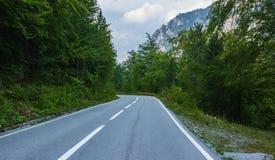 在山的空的柏油路 免版税库存照片