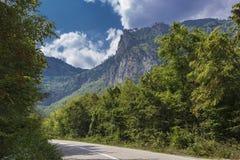 在山的空的柏油路 库存图片