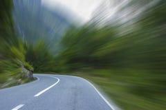 在山的空的柏油路 免版税库存图片