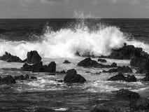 在岩石黑白毛伊的海滩的波浪 免版税图库摄影