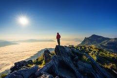 在岩石,土井pha特性和早晨雾的旅客身分在清莱,泰国 免版税图库摄影