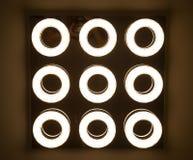 在工业灯的被带领的电灯泡是明亮的在新的仓库的天花板有拷贝空间的 库存图片