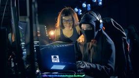 在工作期间的两位快乐的黑客在他们的隐藏处 影视素材