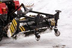 在工作的积雪的清除设备 清洗雪街道与拖拉机 免版税图库摄影