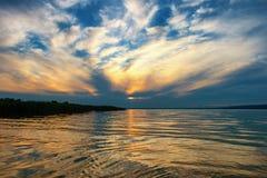 在巴拉顿湖的美好的日落有一好的cloudscape的在匈牙利 免版税库存照片