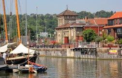 在布里斯托尔船坞停泊的游艇看往一个老维多利亚女王时代的水泵房,布里斯托尔 库存图片