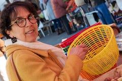 在市场上的妇女买的菜 库存图片
