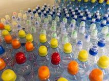 在市场多彩多姿的塑料瓶盖的盒盖塑料水瓶 库存图片