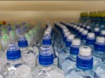 在市场多彩多姿的塑料瓶盖的盒盖塑料水瓶 图库摄影
