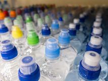 在市场多彩多姿的塑料瓶盖的盒盖塑料水瓶 库存照片