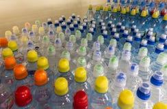 在市场多彩多姿的塑料瓶盖的盒盖塑料水瓶 免版税库存照片