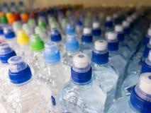 在市场多彩多姿的塑料瓶盖的盒盖塑料水瓶 免版税库存图片