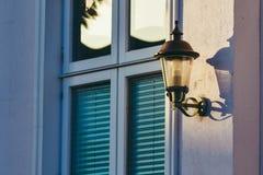 在平衡阳光的淡色色的窗口 免版税库存图片