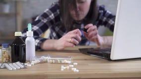 在年轻女人的哮喘病发作 股票视频