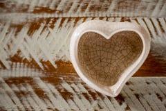在心形的小陶瓷花瓶有白色和棕色背景 库存图片