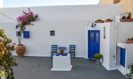 在圣托里尼海岛,希腊上的典型的房子 库存照片