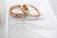 在圣经诗歌,爱的金结婚戒指从未出故障 免版税库存照片