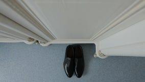 在地板上的黑鞋子立场 股票视频