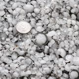 在地面上的雹子在雹暴,了不起的大小冰雹,冰雹以后估量与一枚更大的硬币 免版税库存照片