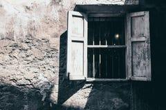 在土气混凝土墙门面背景的葡萄酒口气老白色木窗口 免版税库存照片