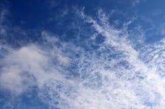 在北德国采取的天空蔚蓝的飞机转换轨迹 免版税库存照片