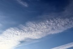 在北德国采取的天空蔚蓝的飞机转换轨迹 免版税库存图片