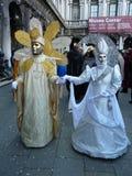 在化妆舞会服装的在一个狂欢节的夫妇和面具在威尼斯,意大利,2010年2月 库存图片