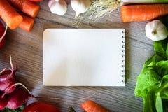 在厨房用桌上的新鲜的有机蔬菜 免版税库存照片