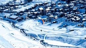 在利维尼奥滑雪场上的滑翔伞飞行在意大利 库存照片