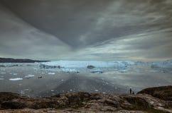 在冰山的看法在剧烈的天空下 免版税库存照片