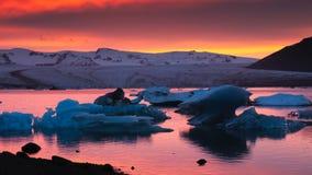 在冰河湖冰河盐水湖的冰山 免版税库存图片