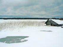 在冻湖附近的fishermans房子 免版税库存照片