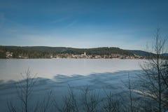 在冻蒂蒂湖的冬天风景在黑森林 库存照片