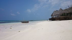 在农圭角村庄桑给巴尔海岛的北部的,渔夫提供抓住,而海滩的餐馆亲切地 图库摄影
