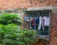 在农村房子的垂悬的衣裳 免版税库存照片