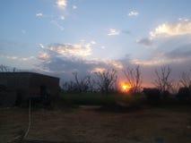 在农村的一个美好的日落视图 库存照片