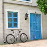 在减速火箭的葡萄酒欧洲房屋建设停放的自行车,狭窄的街道场面前面 3d翻译 向量例证